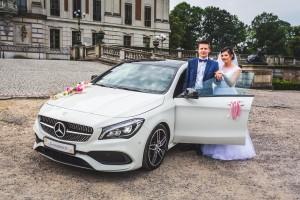 Sesja w plenerze z Mercedesem