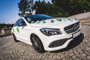 Mercedes z zieloną dekoracją