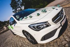 Zielona dekoracja limuzyny na wesele