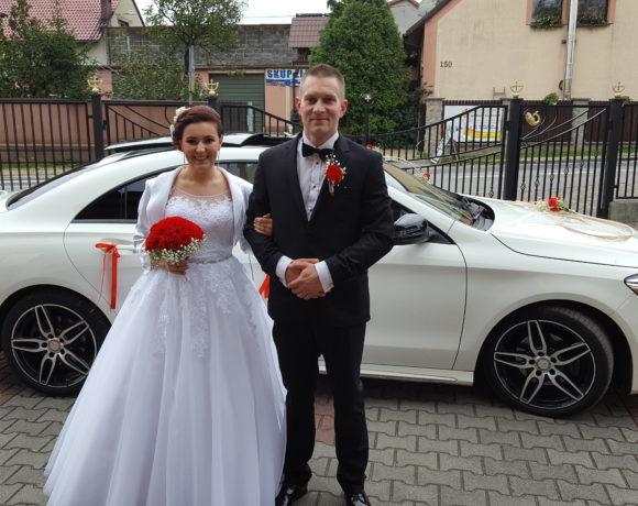 Nowożeńcy w oczekiwaniu na Ślub a w tle Mercedes