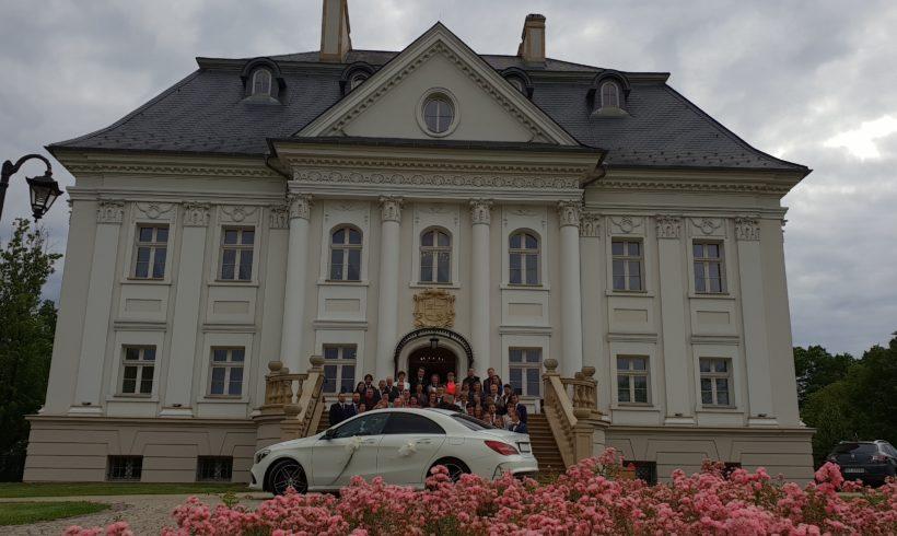Mercedes na sesji przed pałacem