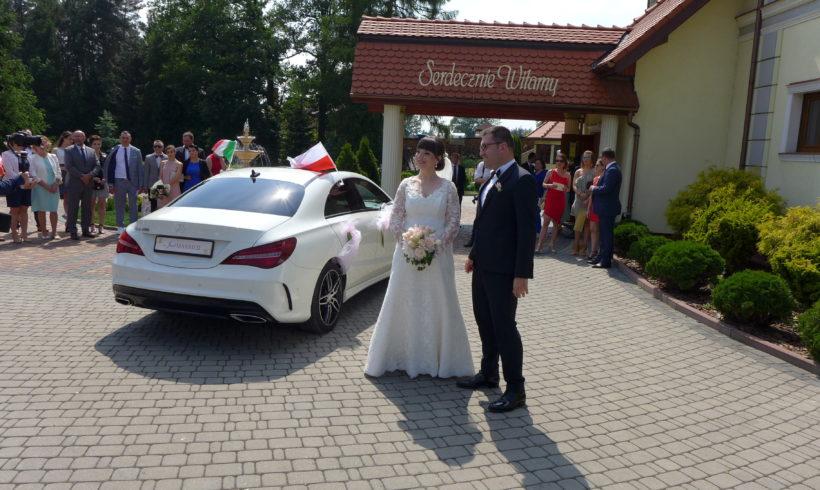 Nowożeńcy przy Mercedesie w Katowicach