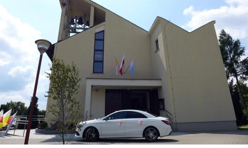 Mercedes przed Kościołem