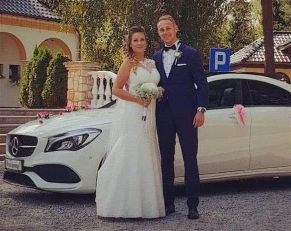 Mała sesja z Mercedesem przed salą weselną
