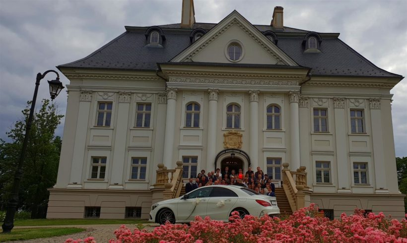 Weselny samochód przed pałacem