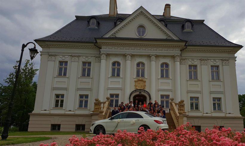 Ślubny samochód już dotarł pod pałac