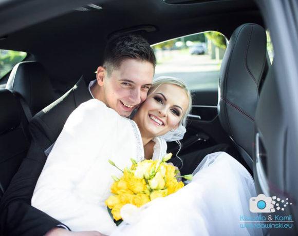 Szczęśliwi Nowożeńcy w samochodzie ślubnym