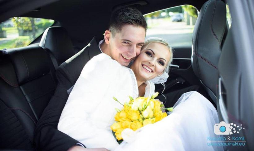 Szczęśliwi Nowożeńcy w samochodzie do ślubu