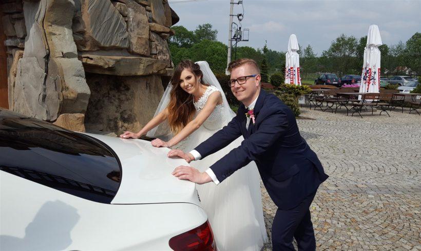 Młoda Para i auto na wesele