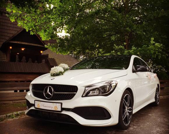 Samochód do ślubu przed Kościołem