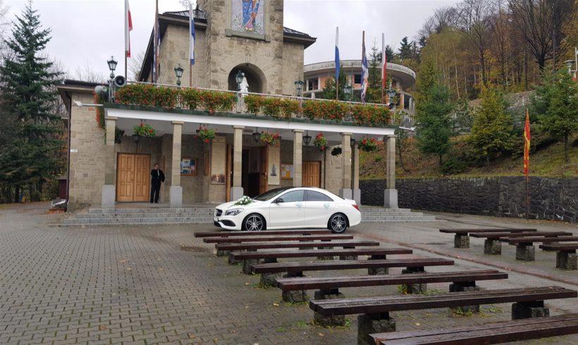 Samochód do ślubu przed Sanktuarium Matki Bożej Szczyrkowskiej