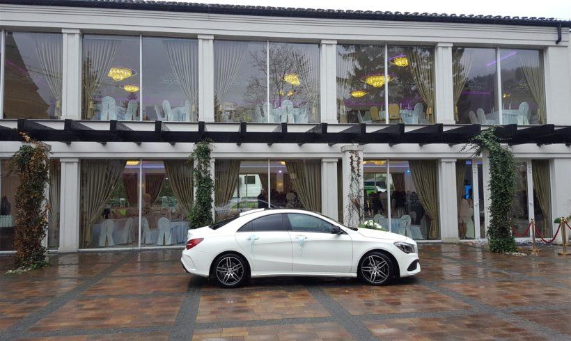 Auto do ślubu przed salą Romeo i Julia w Szczyrku