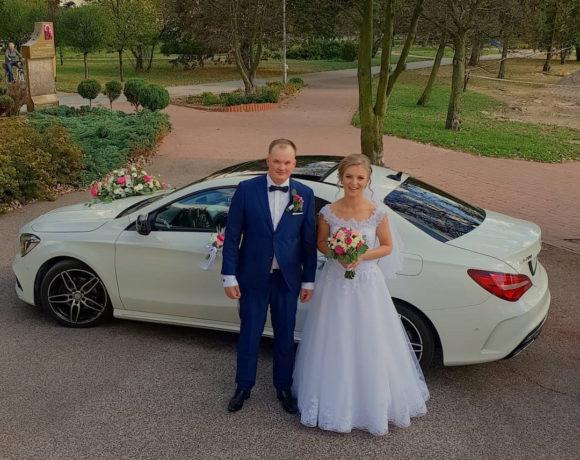 Nowożeńcy i limuzyna ślubna