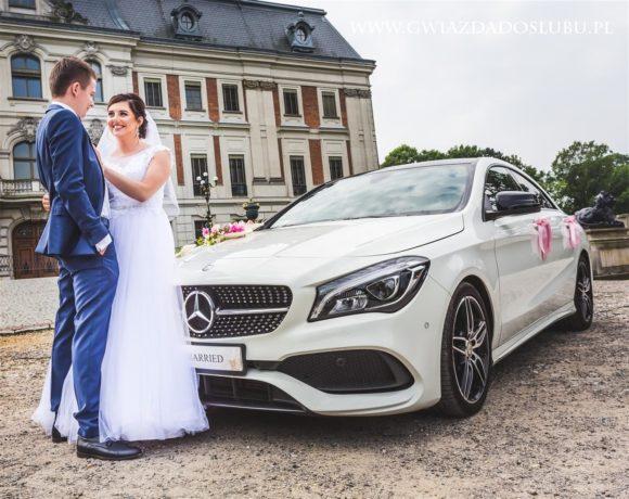 Młoda Para w plenerze z autem weselnym