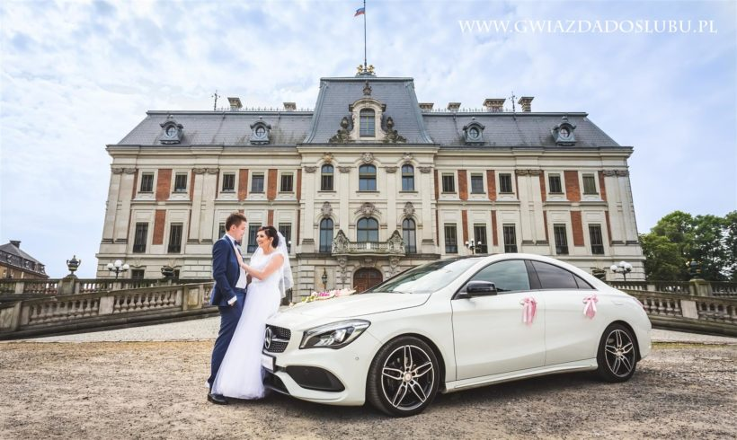 Pięknę ujęcia Państwa Młodych i Mercedesa do ślubu przy zamku w Pszczynie