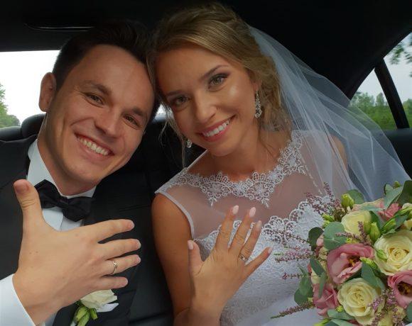 Zadowoleni Nowożeńcy w limuzynie